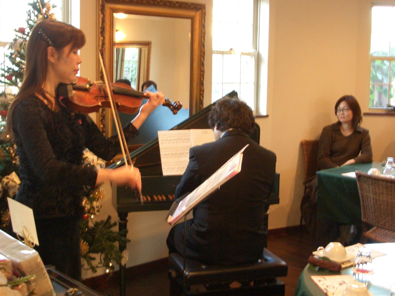 2007年11月25日(日)サンデーテーコンサート井伊桃子先生のバイオリン演奏